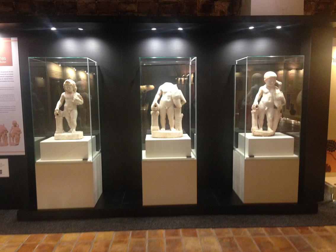 Las tres estatuillas encontradas en el yacimiento romano de Los Cantos lucen ya en el Museo del Vino.