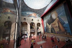 Sala del museo Dalí, con parte de la cúpula de Pérez Piñero.. / Lluis Gene / AFP